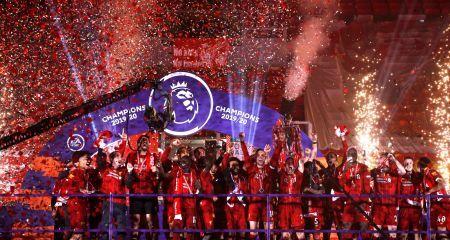 بالصور- ليفربول يرفع كأس البريميرليج في أنفيلد